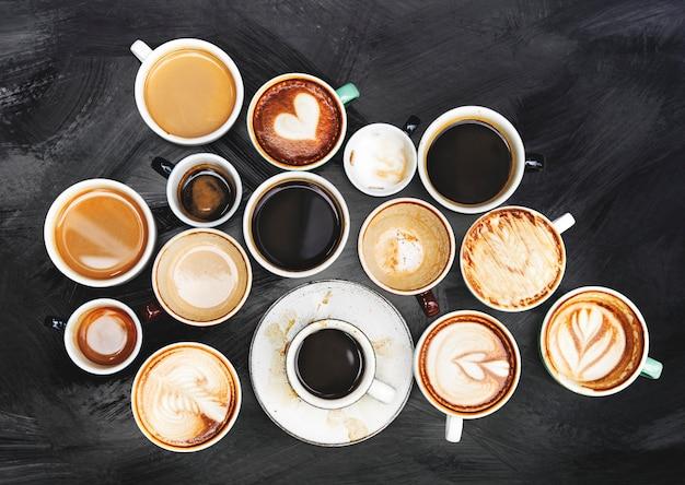 Tazze di caffè assortiti su uno sfondo con texture