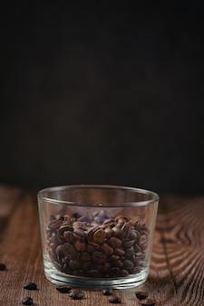 Tazze di caffè e chicchi di caffè sul tavolo, giornata internazionale del concetto di caffè.