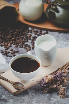 Tazze di caffè e fagioli, concetto di giornata internazionale del caffè