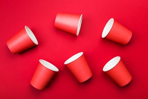 Tazze di carta rossa sul rosso. vista dall'alto