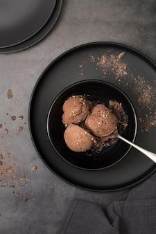 Tazze di gelato vista dall'alto sul piatto