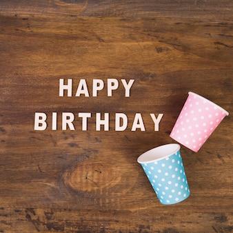Tazze e buon compleanno a scrivere