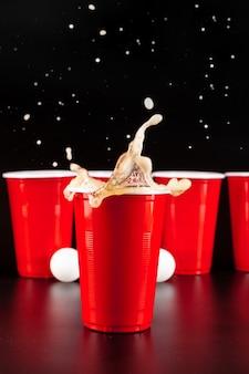Tazze per gioco beer pong sul tavolo