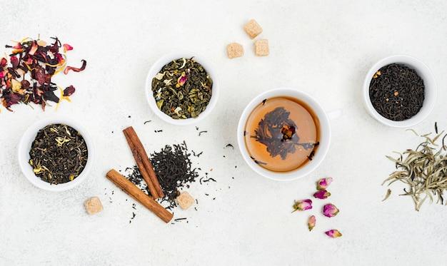 Tazze vista dall'alto con tè alle erbe