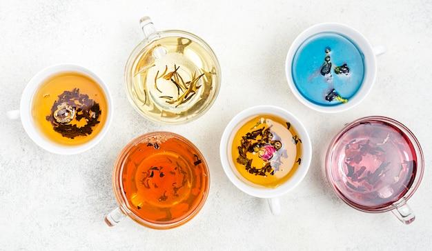 Tazze vista dall'alto con tè