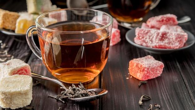 Tè ad alto angolo con delizia turca
