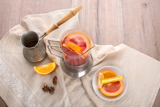 Tè agli agrumi con fette di arancia e limone