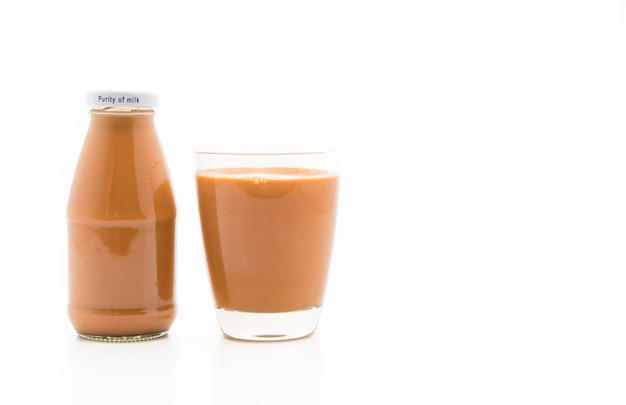 Tè al latte su bianco
