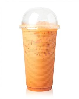 Tè al latte tailandese con la tazza isolata su bianco.