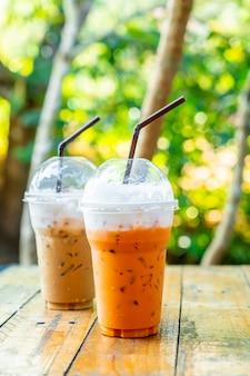 Tè al latte tailandese ghiacciato e tazza di latte caffè ghiacciato