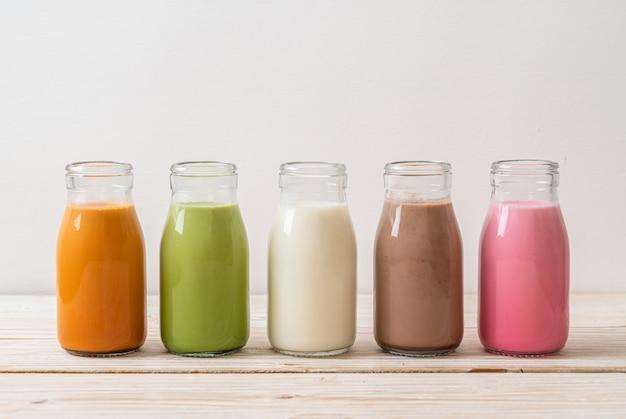 Tè al latte tailandese, tè verde matcha latte, caffè, latte al cioccolato, latte rosa e latte fresco in bottiglia