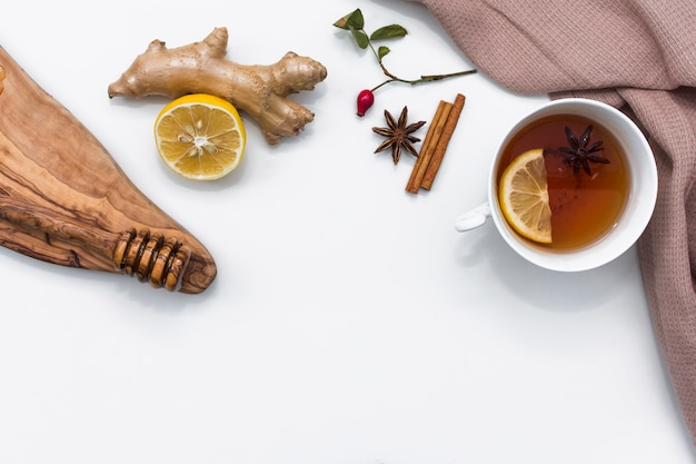 Tè al limone con ingredienti naturali curativi