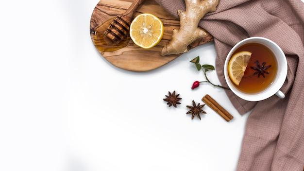 Tè al limone con miele e zenzero a bordo