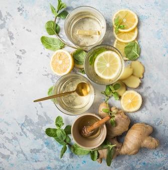 Tè al limone e zenzero con miele. ingredienti sani contro il freddo.