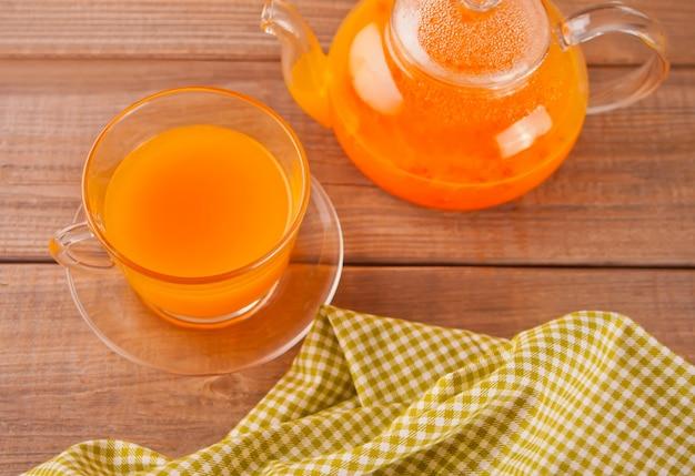Tè all'olivello spinoso in una tazza di vetro