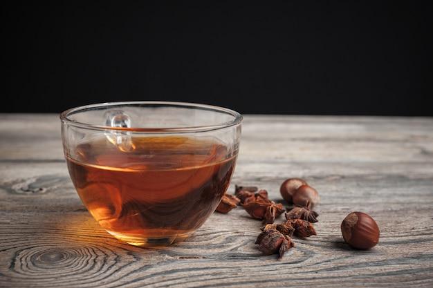 Tè alla cannella caldo aromatico sul tavolo di legno