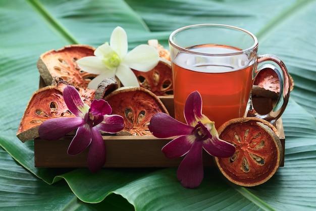 Tè alla frutta bael in scatola di legno.