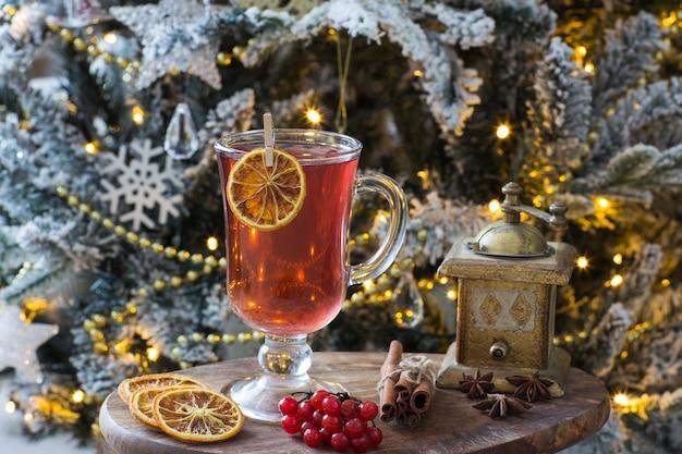 Tè alla frutta, decorazioni e albero di natale