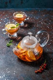 Tè alla frutta e ai frutti di bosco fatti in casa con menta.