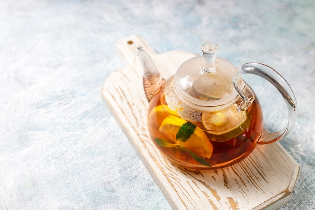 Tè alla frutta e bacche fatti in casa con menta.