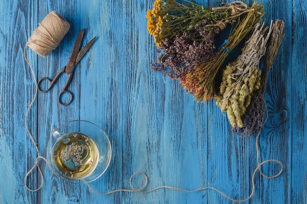 Tè alla lavanda aromatico e mazzo di lavanda