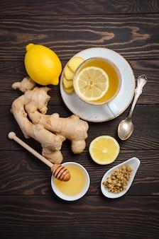 Tè alla radice di zenzero con limone e miele su legno