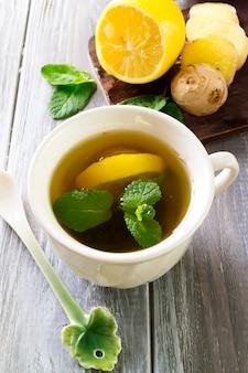 Tè allo zenzero appena preparato alla menta