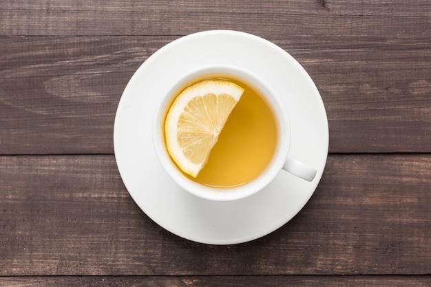 Tè allo zenzero con limone sullo sfondo in legno