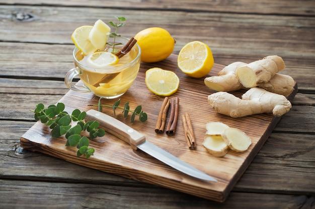 Tè allo zenzero e limone sulla tavola di legno