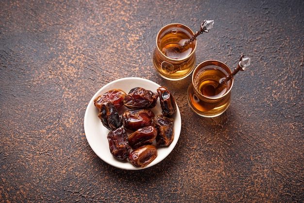 Tè arabo tradizionale e datteri secchi