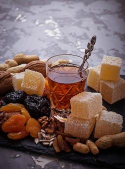 Tè arabo tradizionale e frutta secca e noci