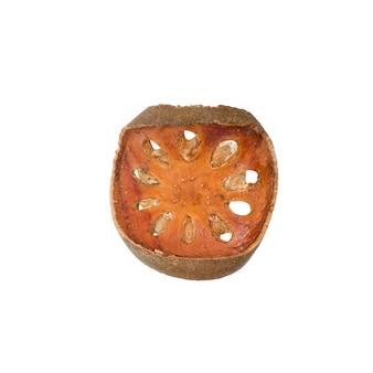Tè asciutto della frutta di bael (marmelos di aegle) isolato su fondo bianco