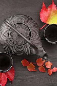 Tè autunnale in stile minimalista.