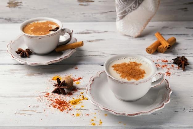 Tè caldi indiani tradizionali con le spezie