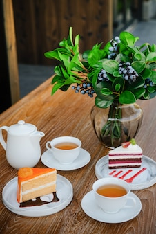 Tè caldo al mattino con torte