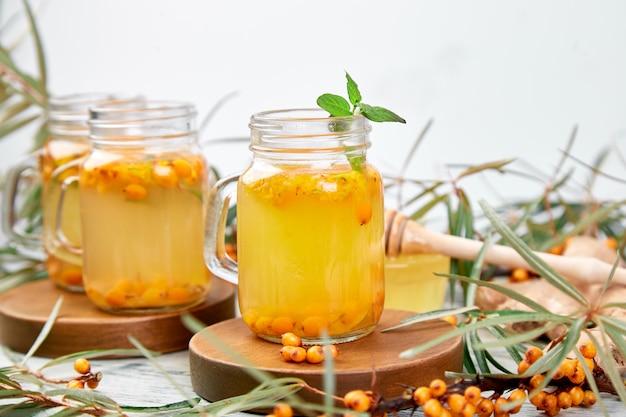 Tè caldo all'olivello spinoso con zenzero e miele