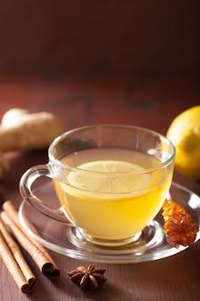 Tè caldo alla cannella allo zenzero al limone in tazza di vetro