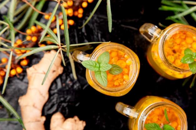 Tè caldo colorato di olivello spinoso con zenzero e miele