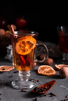 Tè caldo con cannella e chiodi di garofano