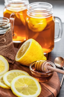 Tè caldo con limone e miele naturale, buon regalo per avere vitamine e forte immunità.