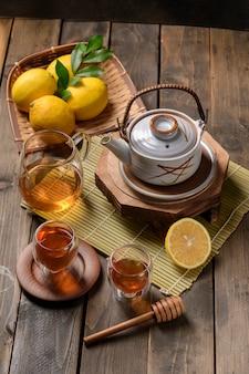 Tè caldo con limone e miele naturale