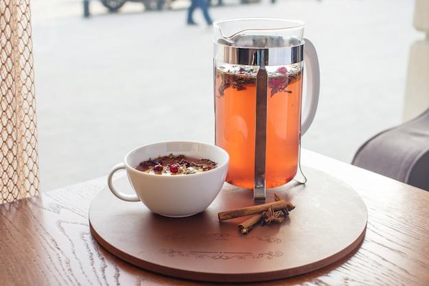 Tè caldo con mirtilli rossi ed erbe in una stampa francese