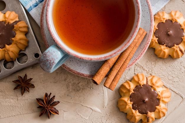 Tè caldo con una fetta di limone fresco