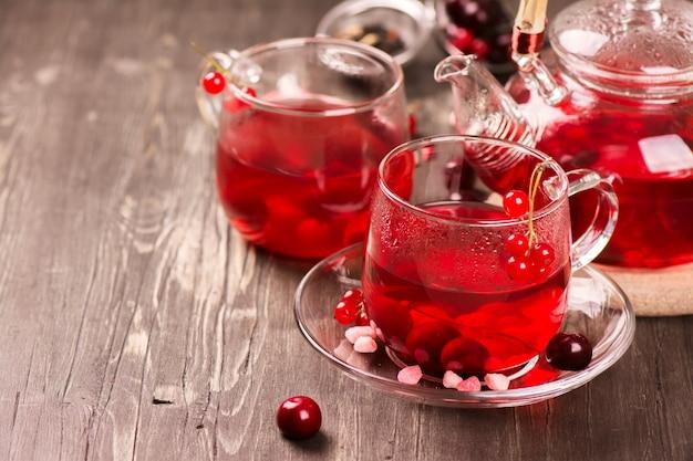 Tè caldo della bacca in tazze di vetro e teiera
