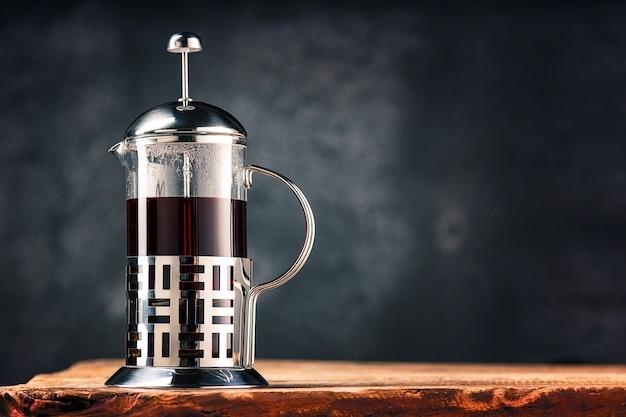 Tè caldo in teiera di vetro