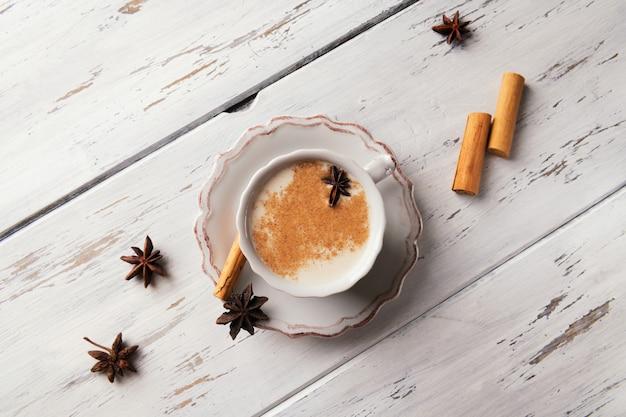 Tè caldo indiano tradizionale con spezie