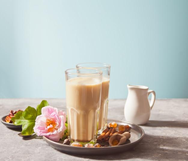 Tè chai masala con latte e spezie.