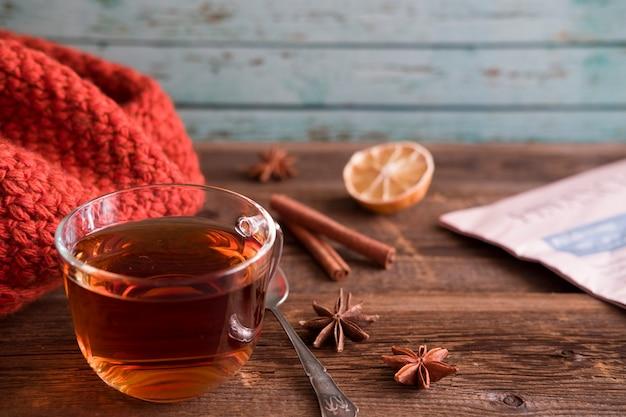 Tè con cannella e limone su un fondo di legno