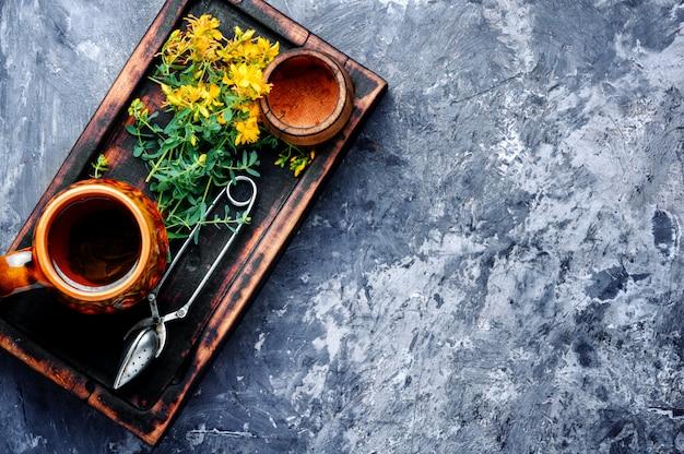 Tè con fiori di iperico