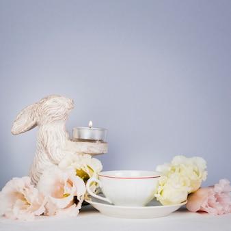 Tè con fiori nello spazio di copia